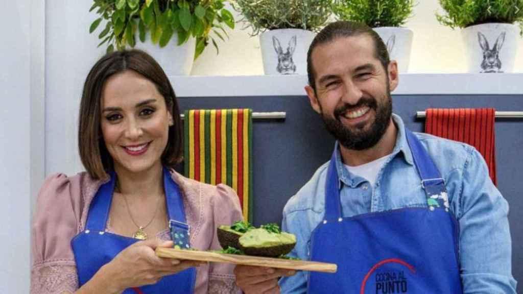 Tamara Falcó y Javier Peña en imagen promocional de 'Cocina al punto'.