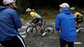 Los aficionados animan a Sergio Higuita en el Tour de Francia 2020