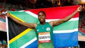 Semenya celebra su triunfo con la bandera de Sudáfrica