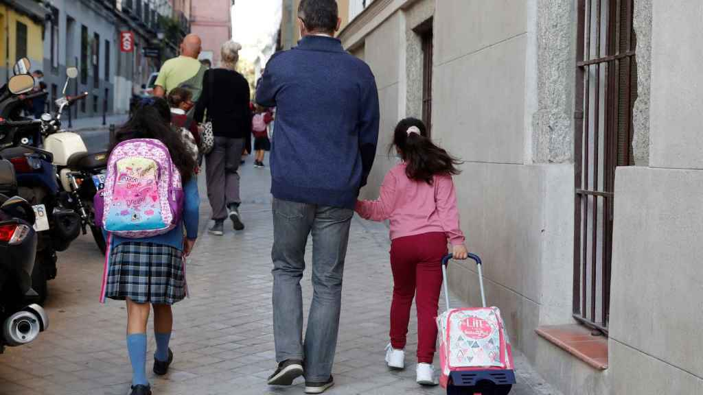 Niños acuden a su primer día de clase en Madrid.