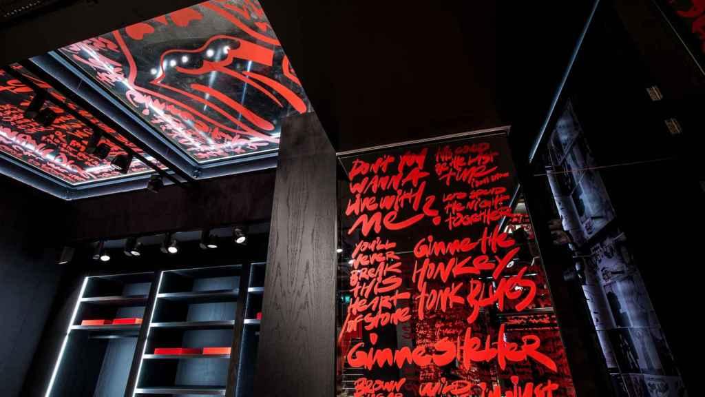 Las letras de canciones míticas de la banda decoran las paredes de la tienda.