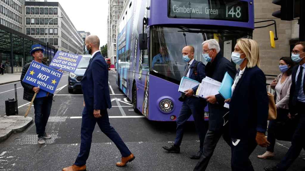 El negociador de la UE, Michel Barnier, y su equipo, este miércoles camino de una reunión en Westminster