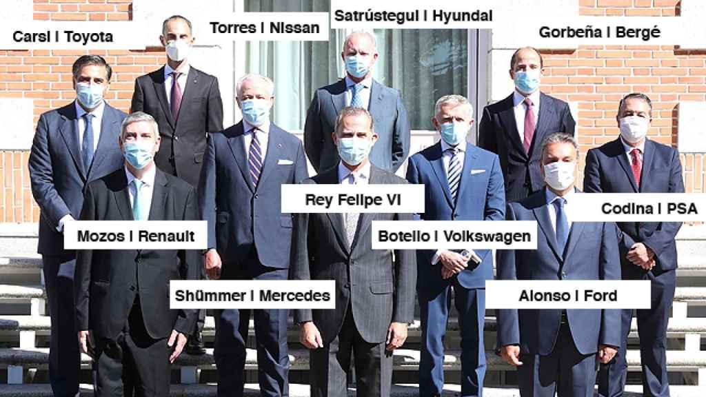 Los representantes de los fabricantes de automóviles junto al Rey Felipe.