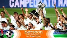 Los jugadores del Real Madrid levantan el título de La Liga en un fotomontaje para Betsson