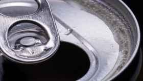 Una lata de refresco abierta.