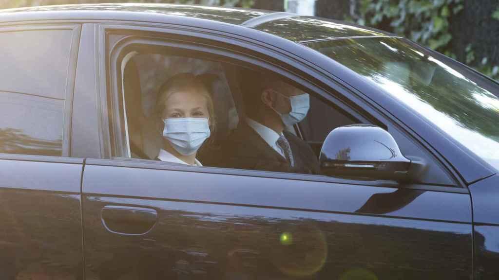 Leonor ha llegado en un coche conducido por su padre, el rey Felipe VI.
