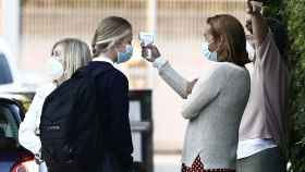 Antes de entrar al edificio, a Leonor le han tomado la temperatura.