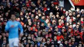 La afición del Manchester United animando durante el derbi contra el City