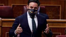 Santiago Abascal, presidente de Vox, luce una mascarilla con el símbolo de la Bripac en el Congreso de los Diputados.