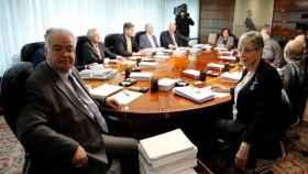 El presidente del TC, González Rivas, y la vicepresidenta Roca, en una reunión del pleno./
