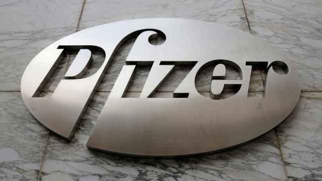 Logo de Pfizer en un edificio de la compañía.
