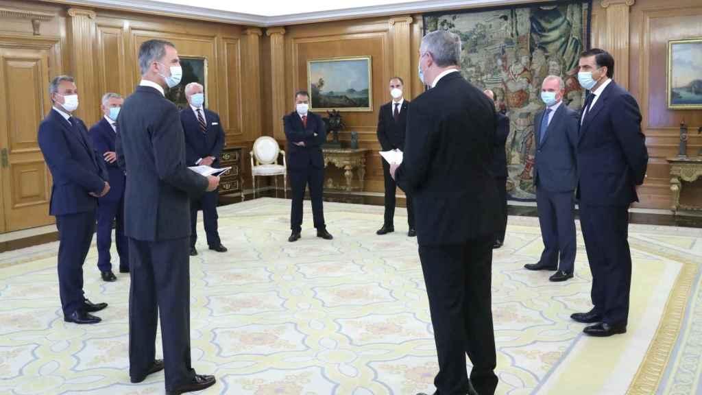 El Rey charla con los representantes del automóvil.