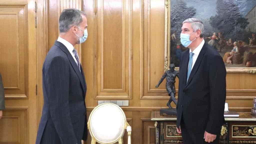 José Vicente de los Mozos, directivo de Renault y presidente de Anfac, junto al Rey Felipe.