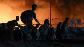 Refugiados abandonan el campo de Moria, pasto de las llamas.
