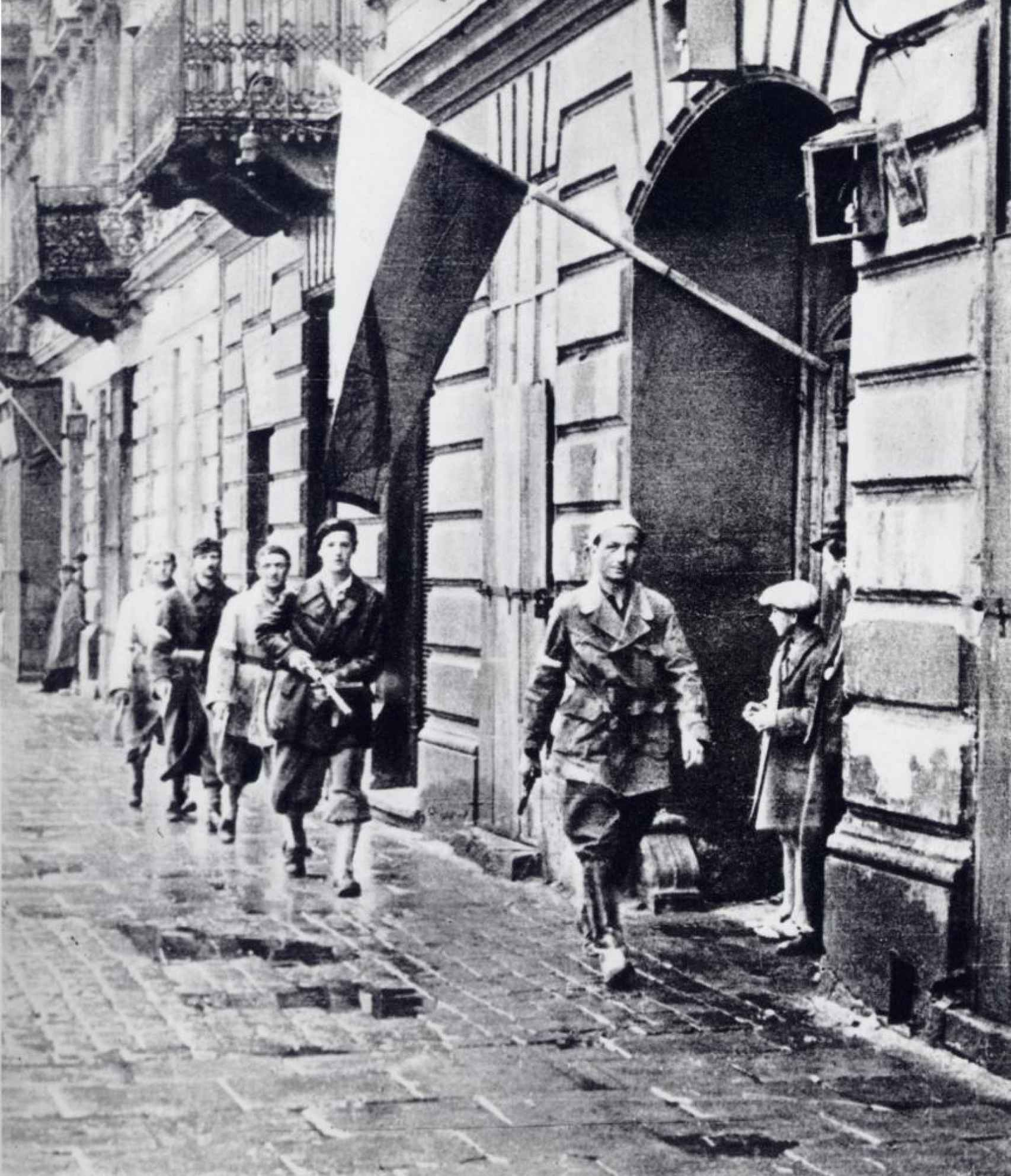 Soldados polacos patrullando las calles de Varsovia tras el alzamiento (1944).