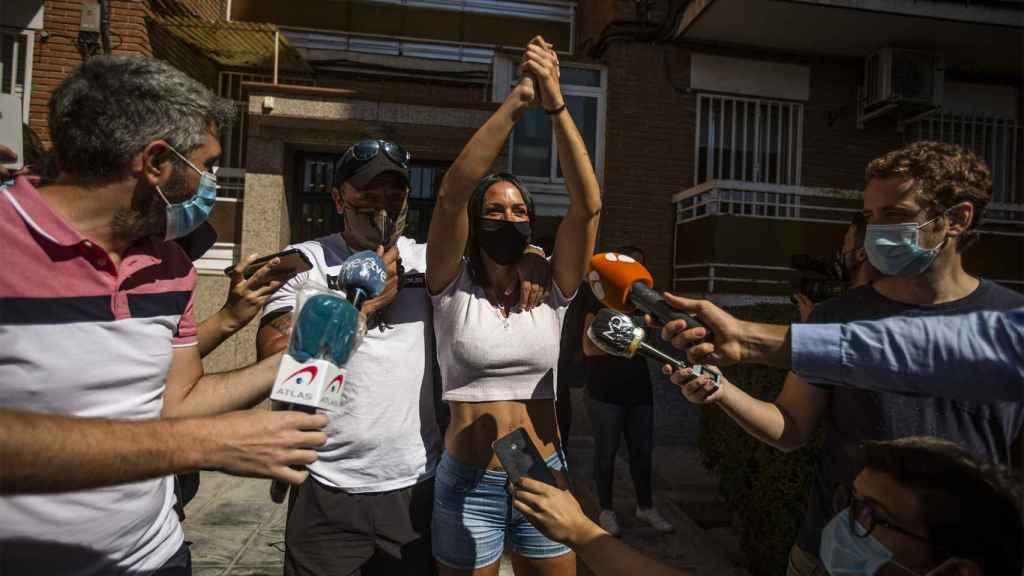 Rosana, hija de Pilar, y su pareja, Juanjo, tras la última negociación con la 'okupa' Rosa.