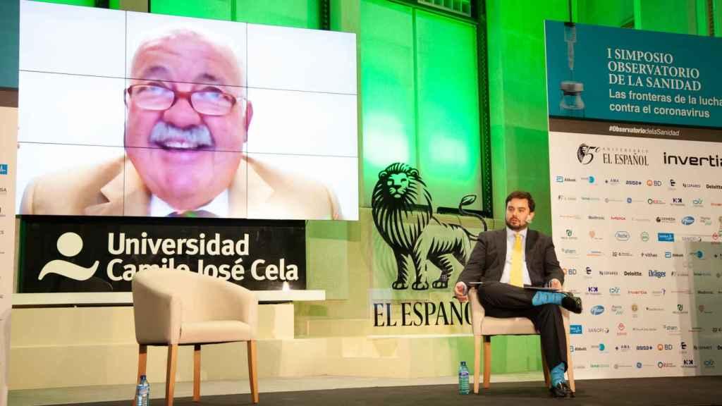 El consejero de Salud de Andalucía, Jesús Aguirre, y el redactor jefe de Invertia, Arturo Criado.