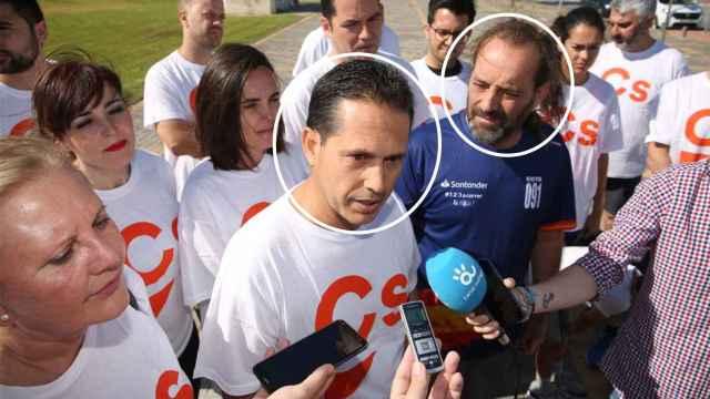 José Luis Paradas Romero atiende a los medios con Juan Cassá (camiseta azul)