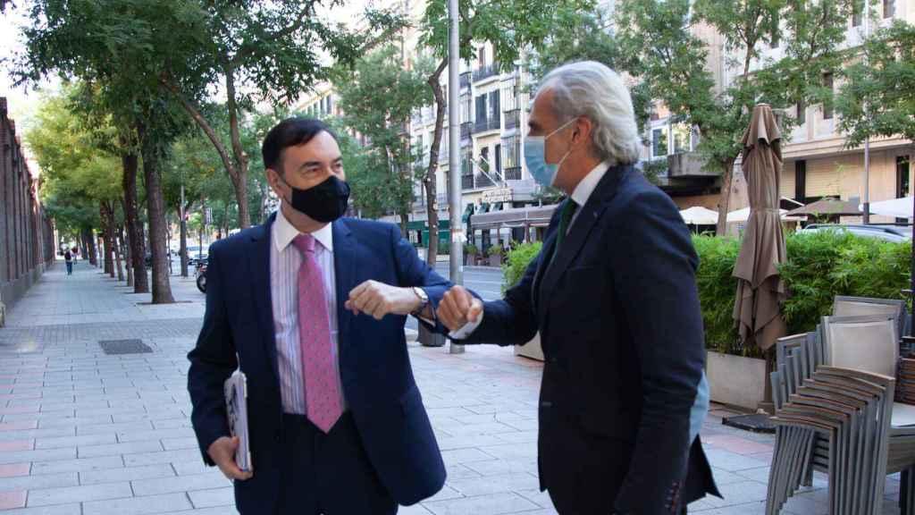 El director de EL ESPAÑOL, Pedro J. Ramírez, saluda al consejero de Sanidad de la Comunidad de Madrid, Enrique Ruiz Escudero.