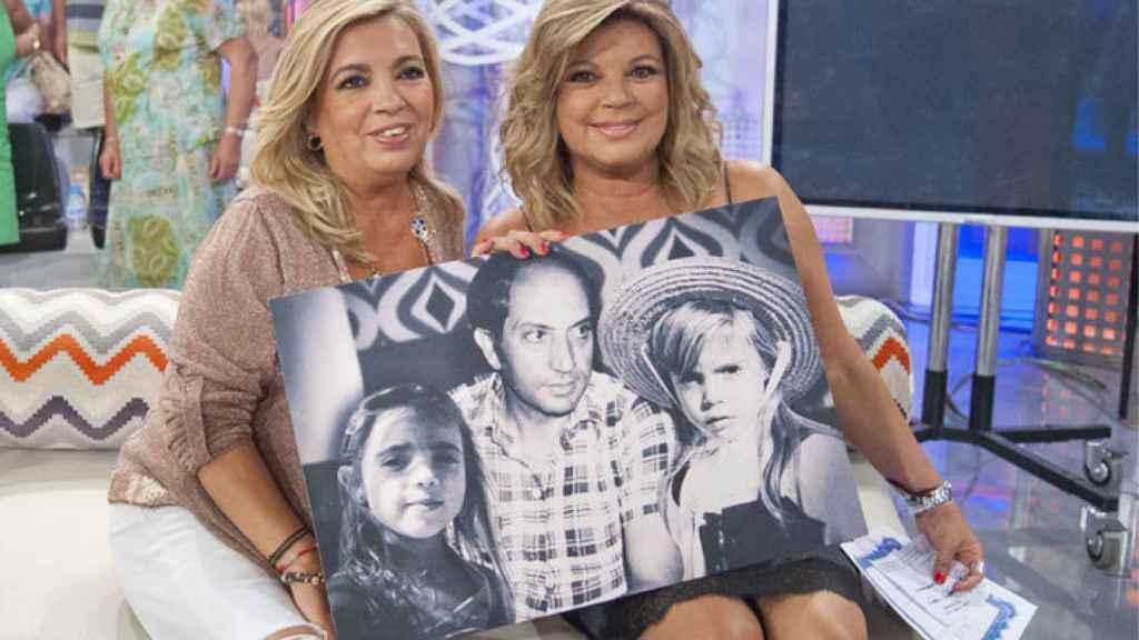 Terelu y Carmen junto a una imagen en la que aparecen, de pequeñas, posando con su padre.