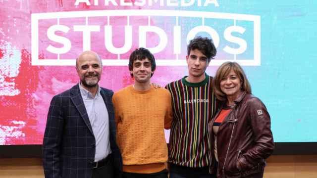Los Javis junto a Sonia Martínez e Ignacio Corrales.