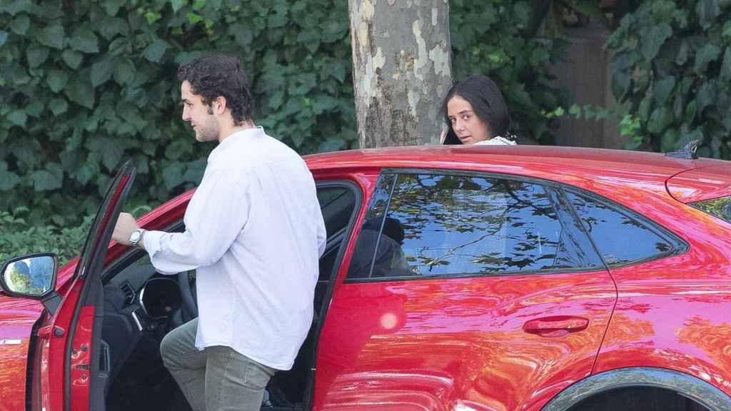 Momento en el que Felipe Juan Froilán se sube al coche junto con Victoria Federica.