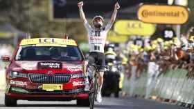 Marc Hirschi celebra su victoria en la etapa 12 del Tour de Francia