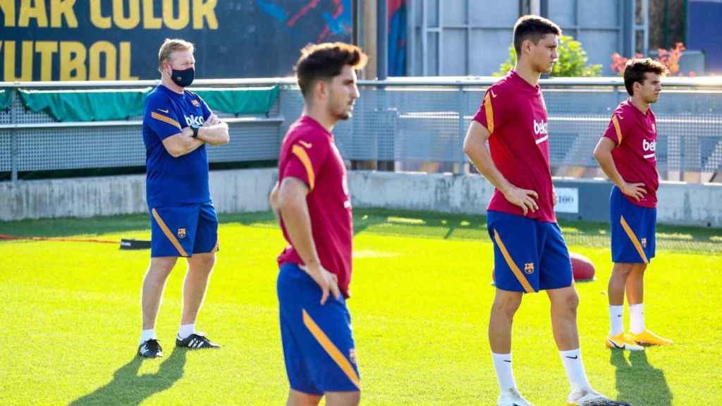 Koeman junto a sus jugadores en un entrenamiento del FC Barcelona