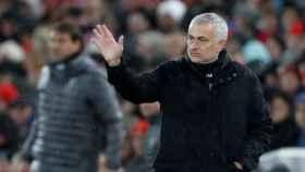 Mourinho dando indicaciones durante un partido