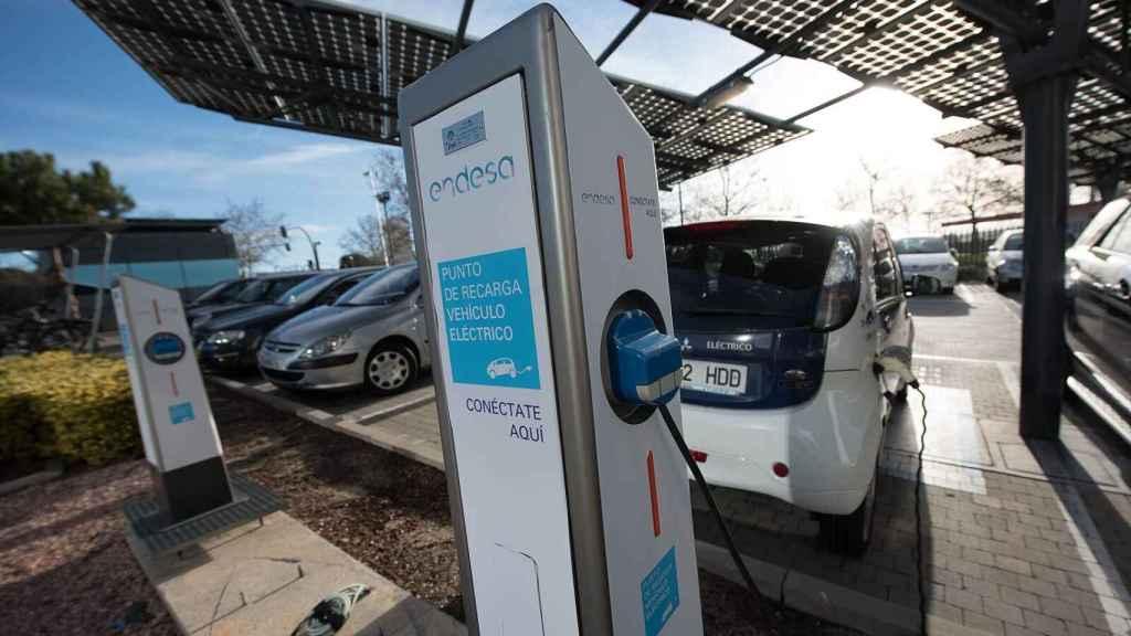 Imagen de un punto de recarga para coches eléctricos.