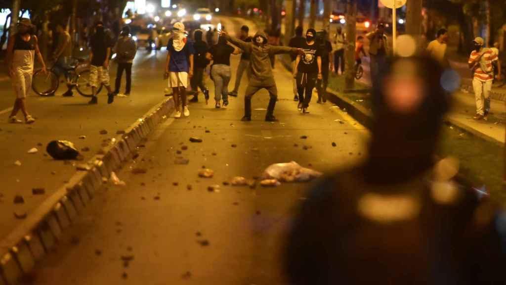Enfrentamiento entre los manifestantes y la policía en Bogotá.
