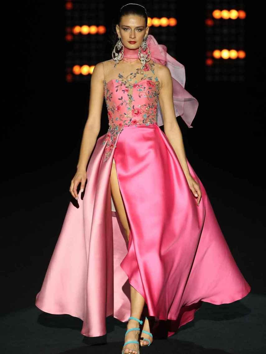 Los vestidos en tonos minerales (zafiro, rubí, ,esmeralda...) han triunfado en su desfile.