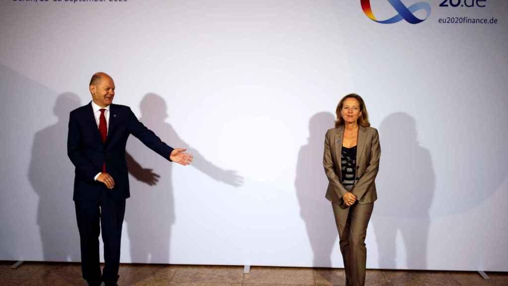 La vicepresidenta Nadia Calviño y el ministro alemán Olaf Scholz, este viernes en el Eurogrupo de Berlín