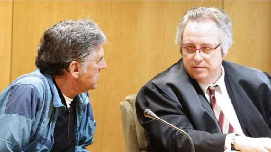 Enrique Olivares charla con su abogado en un receso del juicio.