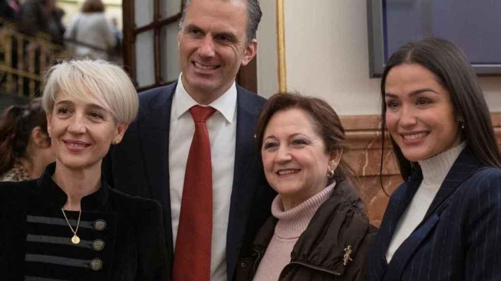 Inés María Cañizares, a la izquierda, junto a Ortega Smith en el Congreso.