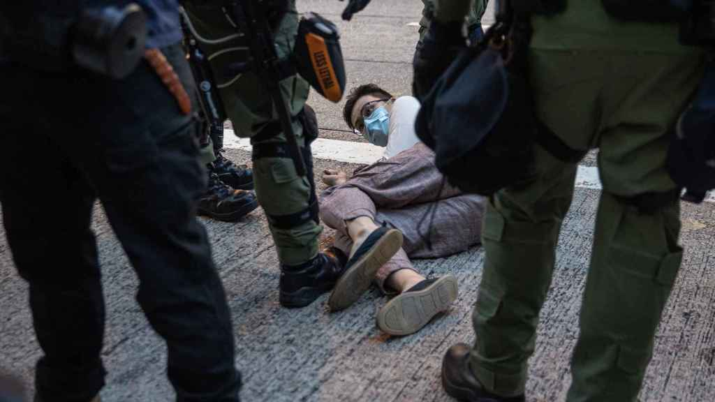 Un detenido en una de las protestas.