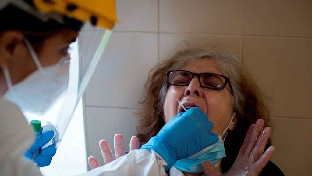 Una enfermera realiza de una prueba PCR en el Complejo Hospitalario Universitario de Ourense (CHUO). EFE/Brais Lorenzo