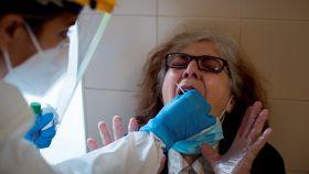 Una enfermera realiza una prueba PCR en el Complejo Hospitalario Universitario de Ourense (CHUO). EFE/Brais Lorenzo