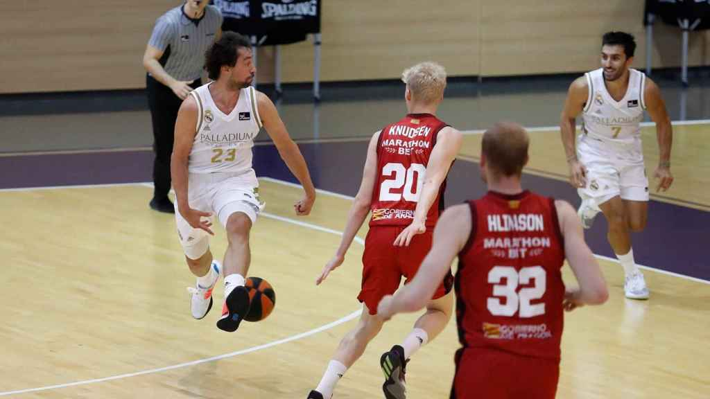 Pase de Llull a Campazzo en un partido del Real Madrid de Baloncesto