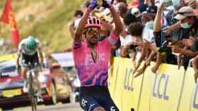 Daniel Felipe Martínez celebra su triunfo en la etapa 13 del Tour de Francia