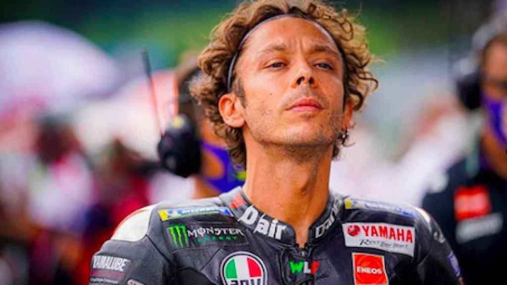 Valentino Rossi mirando al horizonte