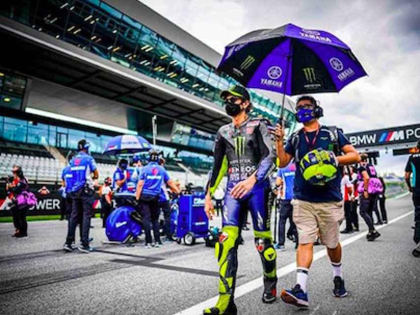 Valentino Rossi junto a un ayudante de Yamaha