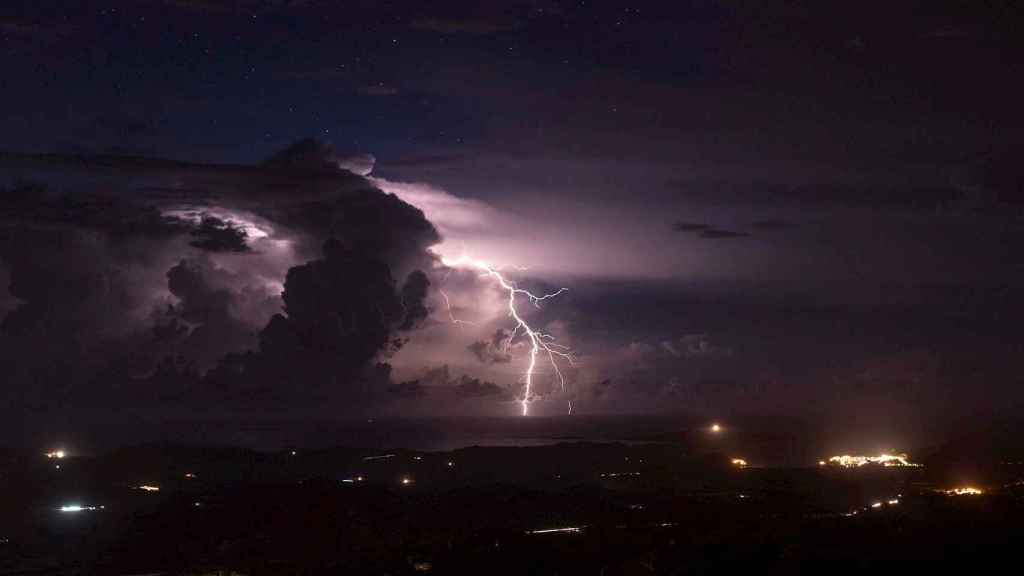 Tormenta eléctrica en Menorca. EFE/David Arquimbau