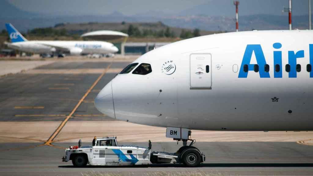 Un avión de Air Europa remolcado por la pista en la terminal 4 del Aeropuerto de Madrid-Barajas.