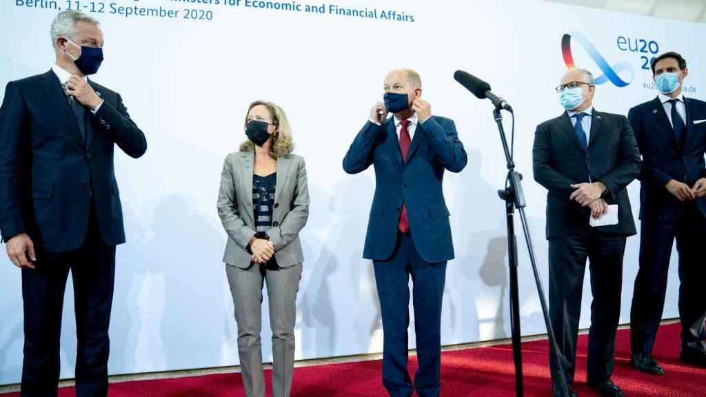 Bruno Le Maire, Nadia Calviño, Olaf Scholz, Roberto Gualtieri y Woepke Hoekstra, este viernes en el Eurogrupo de Berlín
