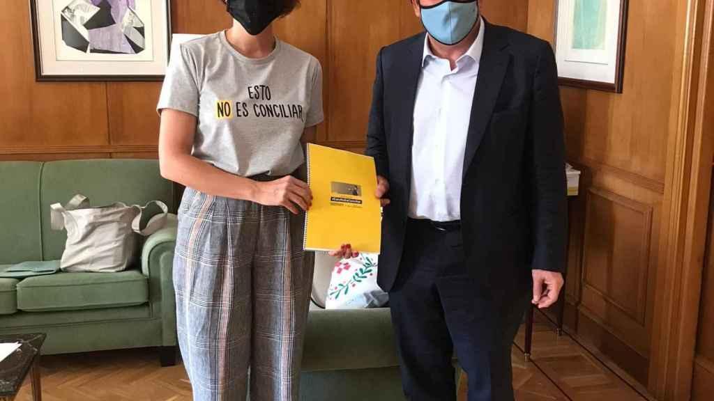 Laura Baena entrega las firmas al ministro Escrivà.