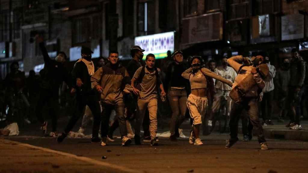 Manifestantes se enfrentan a los antidisturbios en Bogotá.