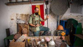 El MacGyver de Pozoblanco con parte de sus 'tesoros' de la Guerra Civil.