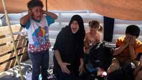 Una familia refugiada en las protestas en el nuevo campo de Lesbos.