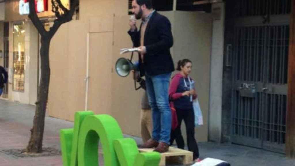 Abascal, en sus inicios, subido a un banco con un megáfono en la mano.